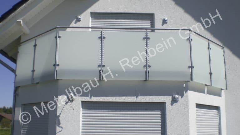 metallbau-rehbein-balkongeländer-mit-glasfüllung-1