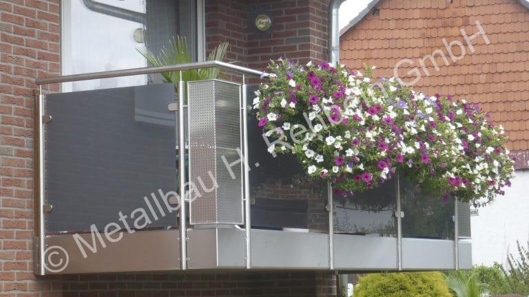metallbau-rehbein-balkongeländer-mit-glasfüllung-10