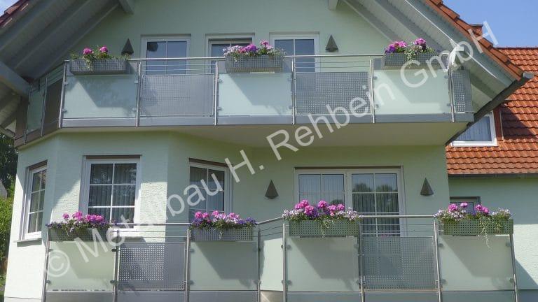 metallbau-rehbein-balkongeländer-mit-glasfüllung-11