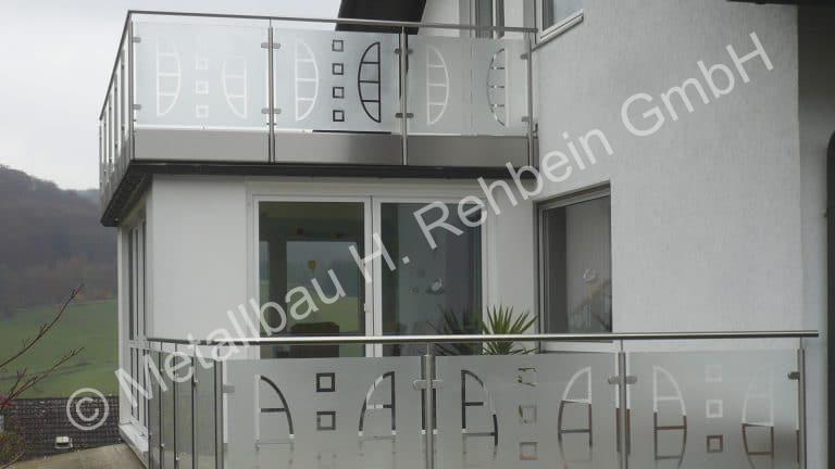 metallbau-rehbein-balkongeländer-mit-glasfüllung-12