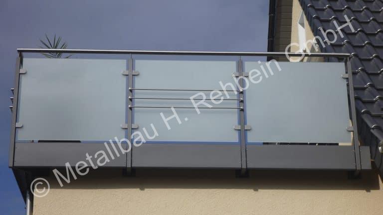 metallbau-rehbein-balkongeländer-mit-glasfüllung-16