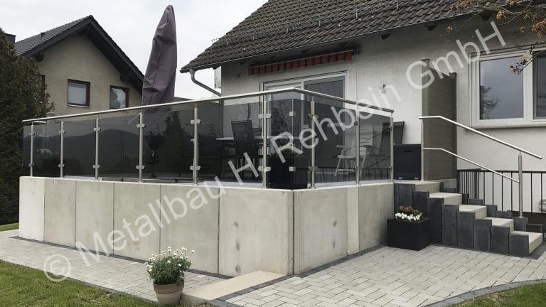 metallbau-rehbein-balkongeländer-mit-glasfüllung-2