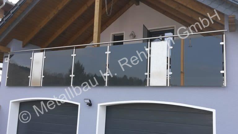 metallbau-rehbein-balkongeländer-mit-glasfüllung