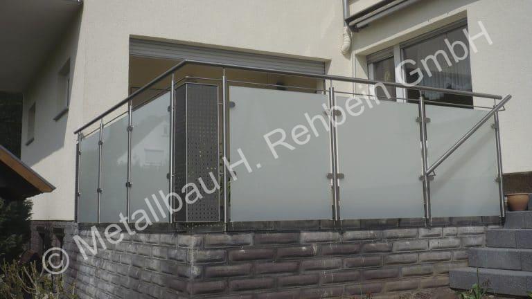 metallbau-rehbein-balkongeländer-mit-glasfüllung-9