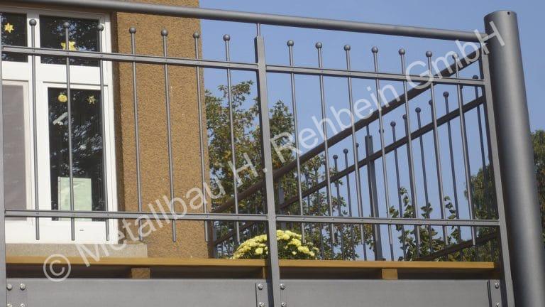 metallbau-rehbein-balkongeländer-mit-stahlfüllung